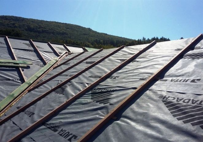 Nadkrokvová tepelná izolácia bráni úniku tepla cez šikmú strechu