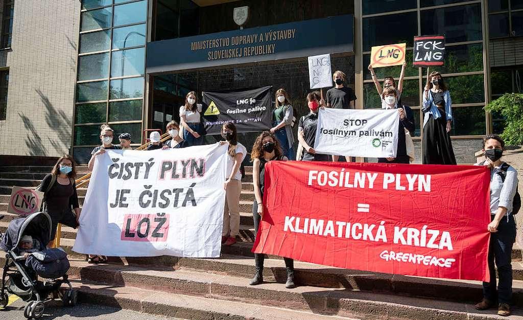 Environmentálni aktivisti protestovali proti výstavbe LNG terminálu v Bratislave