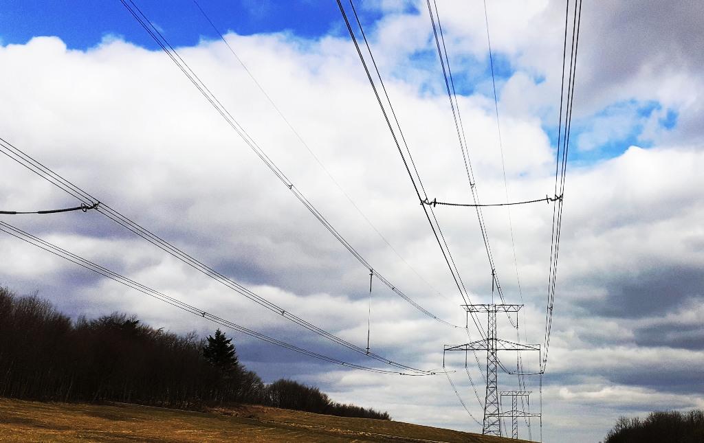 Cena elektriny na dennom trhu OKTE v marci 2021 vzrástla o 6,4 %