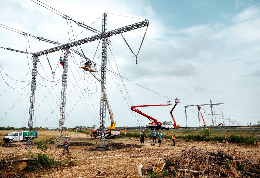 Elektrické vedenie poškodené tornádom na Morave dočasne nahradili, stavba trvala 21 dní