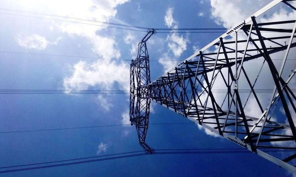 Zasahuje na váš pozemok elektrické vedenie? Toto sú vaše povinnosti