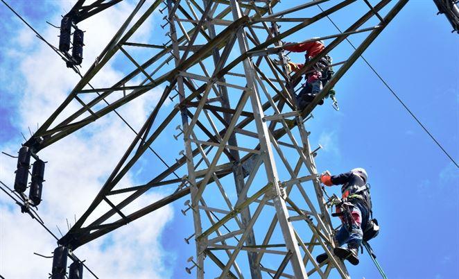 Energetici na Považí vymieňajú stovky izolátorov na elektrickom vedení