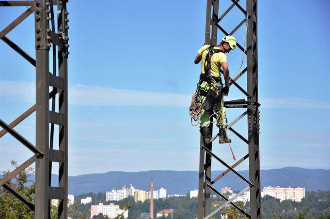 Výmena izolátorov na vedení veľmi vysokého napätia vo Zvolene stála energetikov 150-tisíc eur