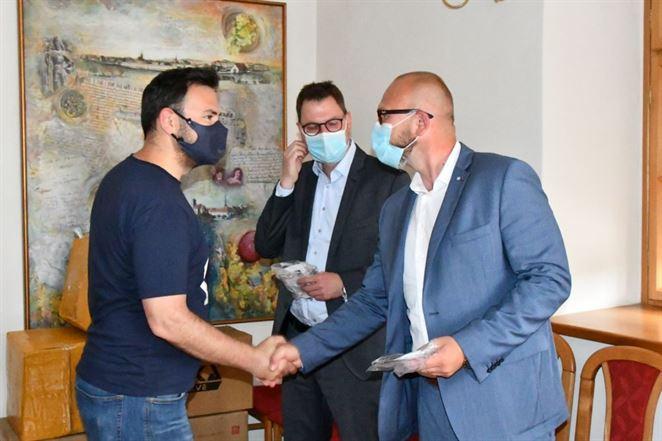 SPP – distribúcia darovala respirátory a rúška seniorom v slovenských mestách