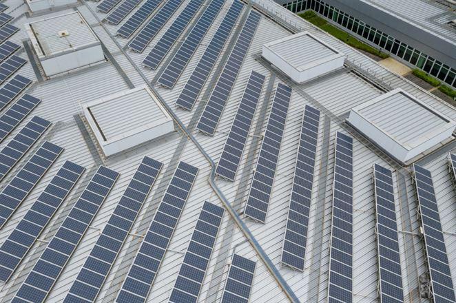 Tesla Liptovský Hrádok investuje do fotovoltiky na streche. S batériou a bez dotácie