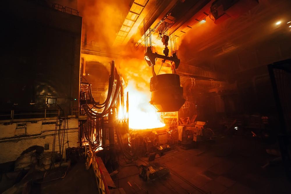 Čína chce ďalej budovať ťažký priemysel. Rýchla dekarbonizácia nehrozí