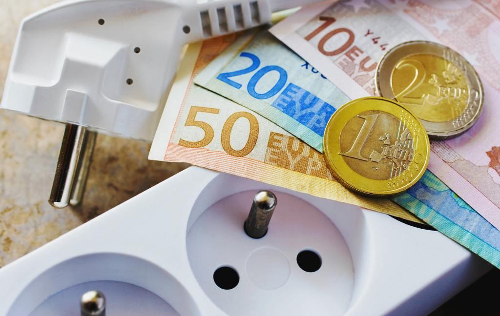 Cena elektriny sa skladá z ôsmich položiek. ÚRSO ukázal najnovšie čísla