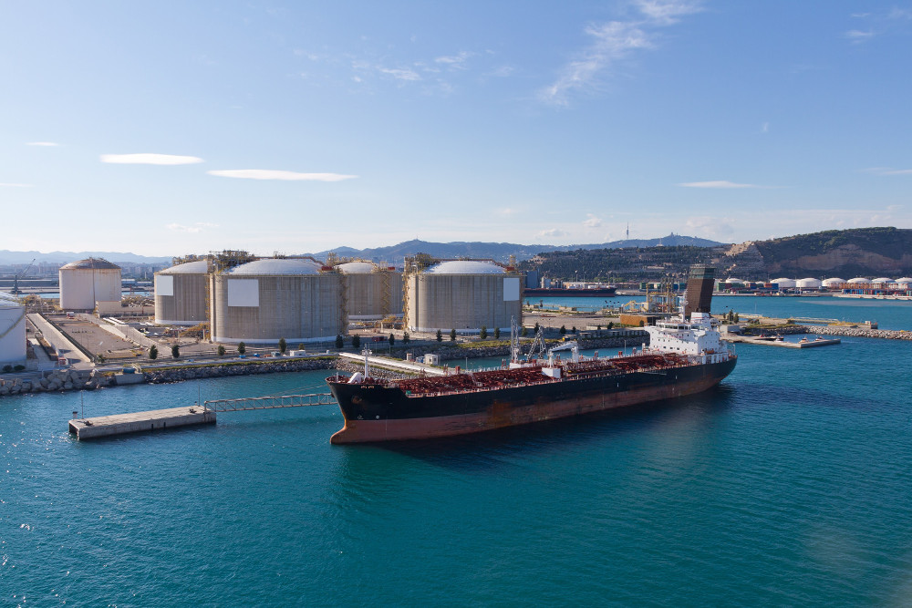 Obchodníci s naftou si prenajímajú obrovské ropné tankery na uskladnenie paliva