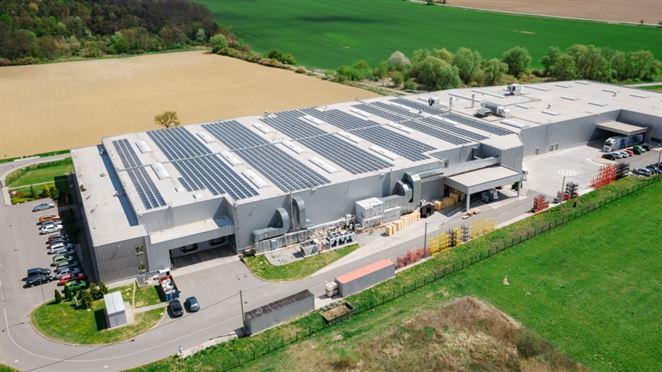"""Energiu zo slnka ukladá smart batéria. Závod v Humennom využíva lokálny zdroj """"na prenájom"""""""