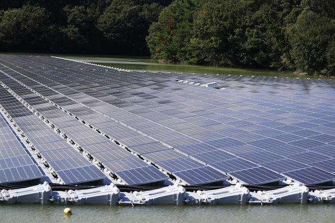 Hydroelektráreň s plávajúcimi solárnymi panelmi lepšie zvláda sucho
