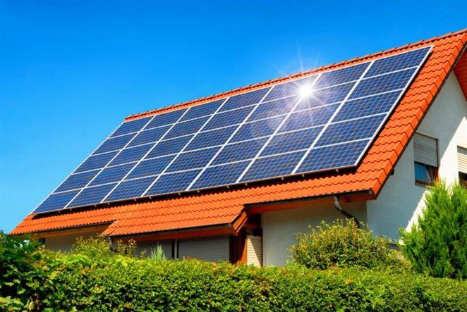 Solárny ohrev vody už nestačí. Domácnosti chcú vyrábať elektrinu pre celý dom