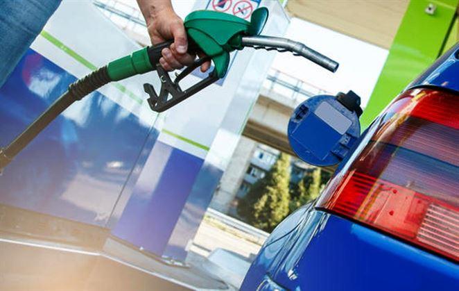 Zvyšovanie daní na pohonné hmoty vyhnalo do ulíc státisíce Francúzov