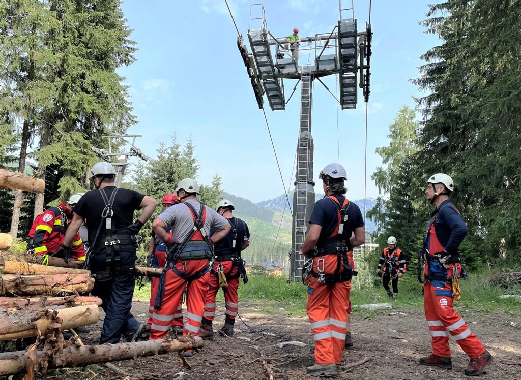 Horolezci školili elektrikárov ako evakuovať zo stožiara zraneného kolegu