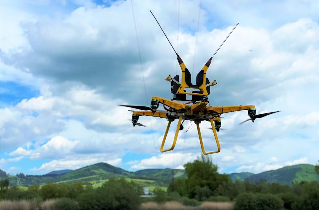 Na elektrické vedenie montoval odkloňovače letu vtákov špeciálny dron (VIDEO)