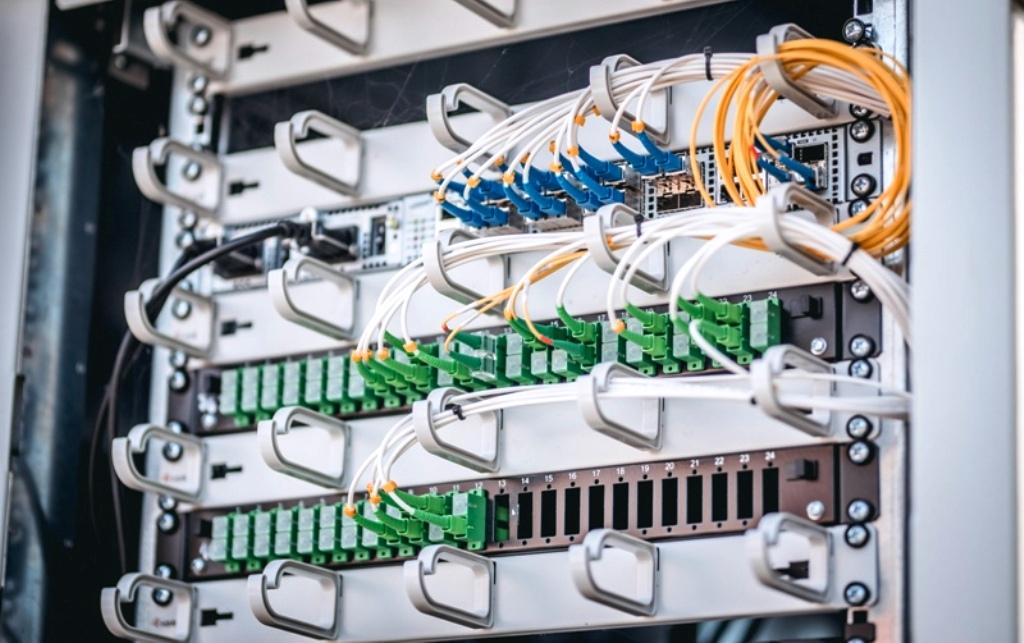 Rýchly internet pomôžu rozšíriť distribútori elektriny, budú spolupracovať s operátormi