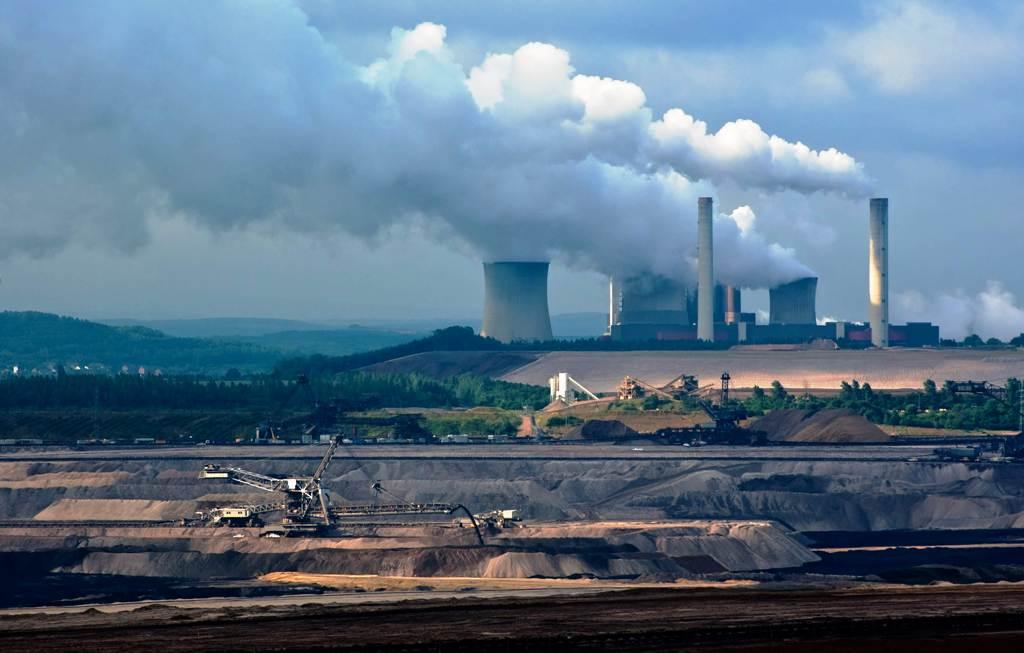 Z rastúceho dopytu po elektrine ťažia fosílne zdroje, OZE nestíhajú, hlási IEA