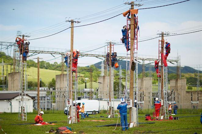 Elektrikári si zmerali sily v prácach pod napätím. Pozrite si fotky