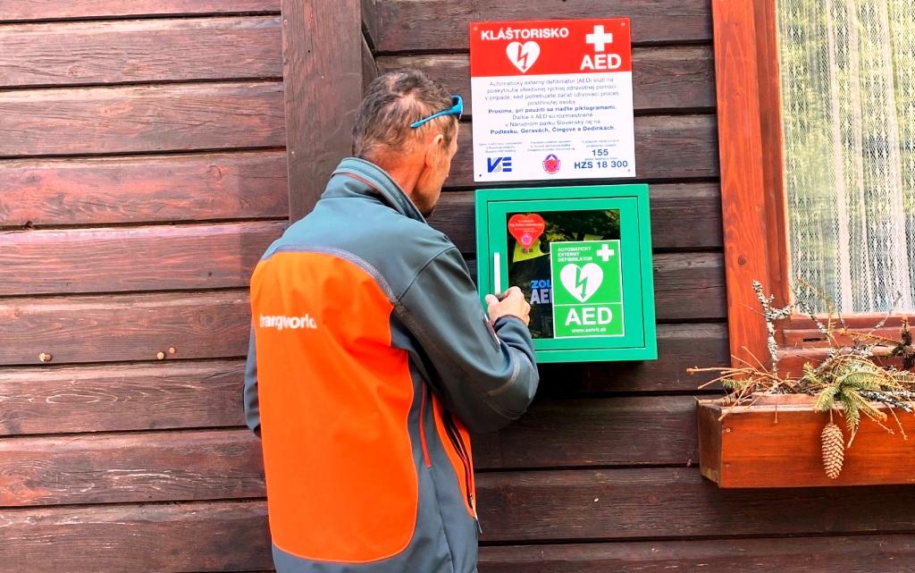 V Slovenskom raji vďaka podpore od VSE Holding pribudlo päť defibrilátorov