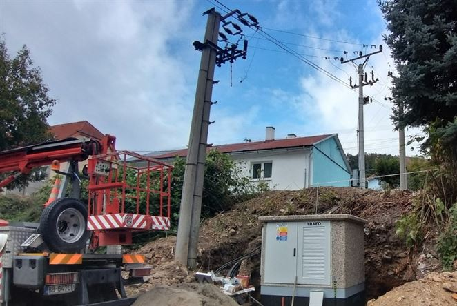 V Novej Bani postavili novú trafostanicu, časť vedenia zakopú pod zem