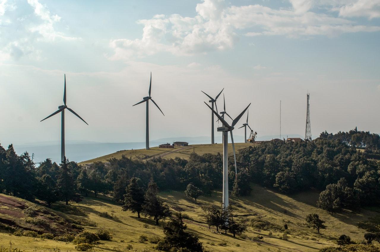 Náklady na veternú energiu v najbližších desaťročiach výrazne klesnú, prognózujú experti