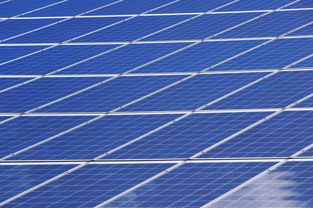Sneh, krúpy, hurikán: Ako vplýva nepriaznivé počasie na výkon solárnych elektrární?