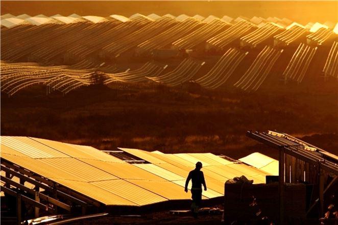 Najväčšia solárna elektráreň v EÚ už vyrába elektrinu. Tvorí ju 1,4 milióna solárnych panelov