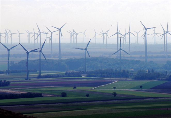 Klesajúca cena elektriny z vetra a slnka už dobieha existujúce jadrové reaktory