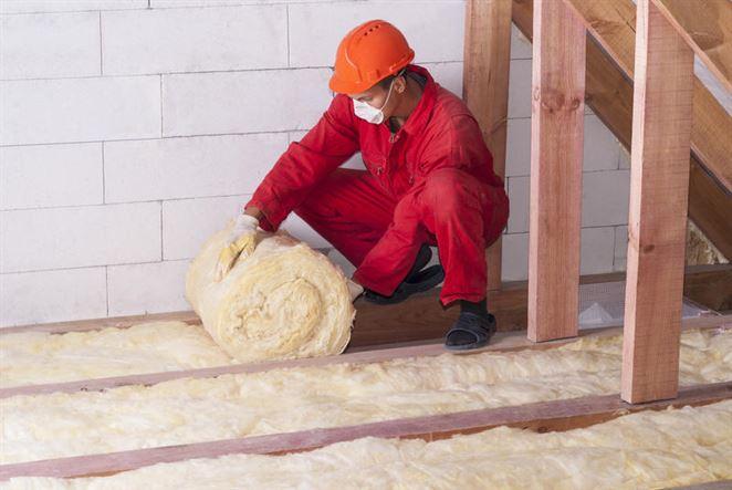 Je lepšie izolovať strechu sklenou vatou alebo polyisom?