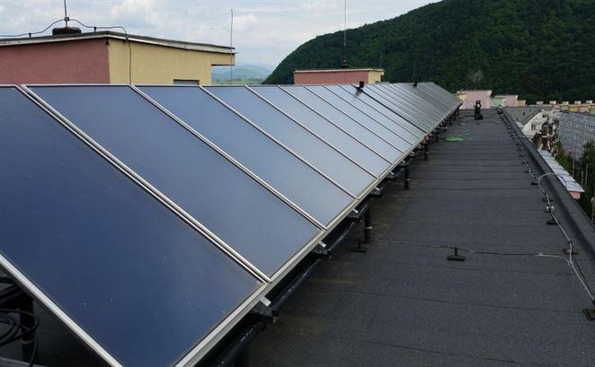Termický solárny systém je výhodnou možnosťou pri ohreve teplej vody v bytovke