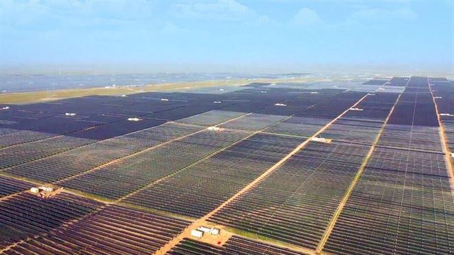 Druhú najväčšiu fotovoltickú elektráreň na svete s výkonom 2,2 GW pripojili do siete