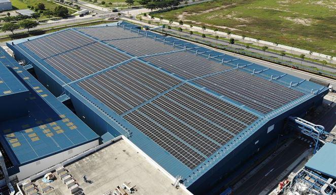 Shell inštaluje fotovoltické panely na strechy tovární