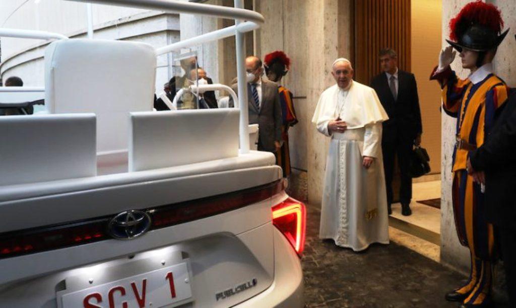 Pápež František dostal papamobil na vodíkový pohon. Jeho dojazd zrejme nevyužije