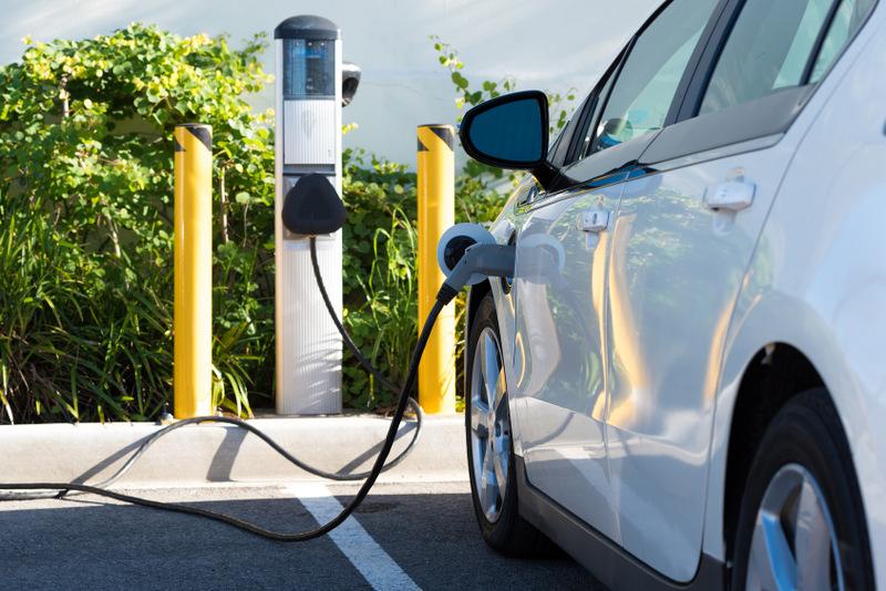 Elektromobily sú výhodnejšie ako spaľovacie motory