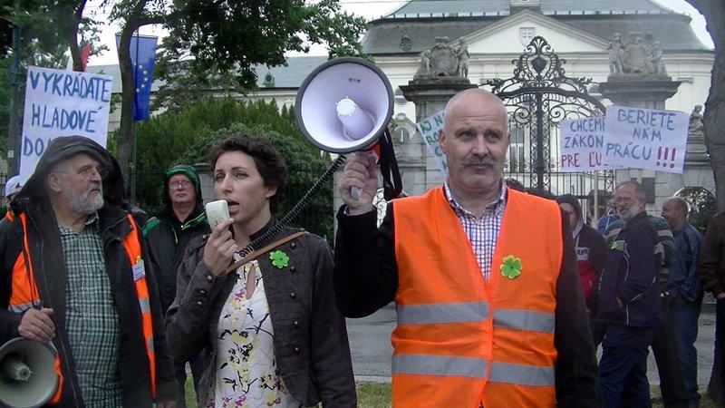 Výrobcovia elektriny z OZE protestovali pred úradom vlády